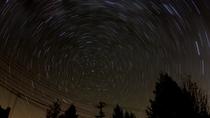 *[庭から見える星空]星空を撮影。光跡の中心には北極星が見えます。
