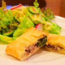 *[夕食一例]春の山菜・こごみのミートパイ
