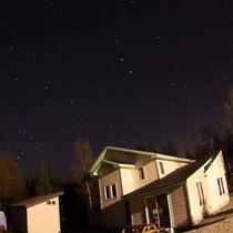 *[庭から見える星空]条件のいい夜にはご希望の方に星座をご案内しています。