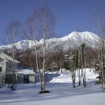 *[外観(冬)]開田高原マイアスキー場ゲレンデまで徒歩5分ほどの当館もパウダースノーに覆われます。