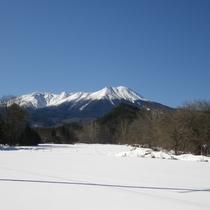 *[近隣風景/御嶽山(冬)]雪化粧した御岳山と一面の銀世界。冬の絶景が広がります。