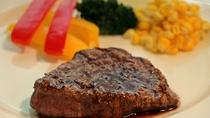 *[フルコース満喫プラン]肉料理は 柔らかで脂身のない牛フィレ肉ステーキをお出ししております。