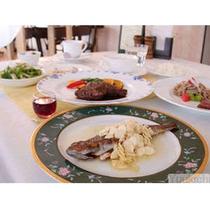 こちらは税込¥4860の夕食特別コース。メインが2皿(肉&魚)と、サブオードブル・食前酒が加わります