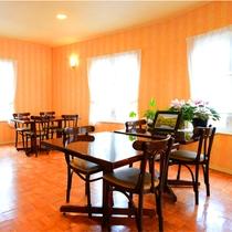 *[ダイニング]窓が多く明るい室内。相席や交代制は一切なくゆとりの広さです