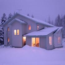 冬、建物もパウダースノーに覆われます。