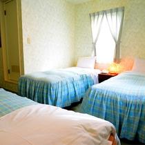 *[トリプルルーム一例]シングルベッド2台とソファベッド1台のお部屋。