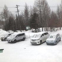 *[近隣風景]冬ならではの遊び♪。雪の積もったクルマに描いた顔がキュート!
