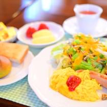 *[朝食一例]ふわふわスクランブルエッグ・オリジナルソーセージや焼立てのパンなど