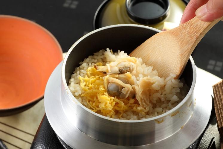 季節の食材を使った釜飯