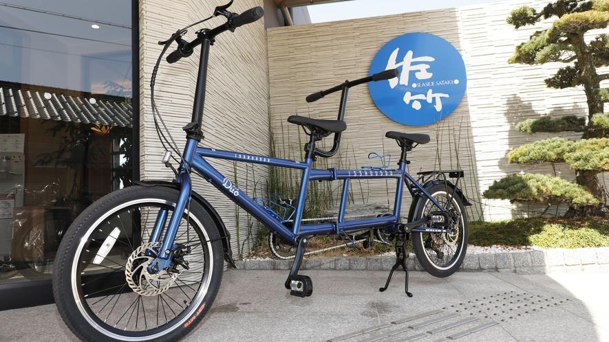 2人で丹後の海辺を楽しむタンデム自転車