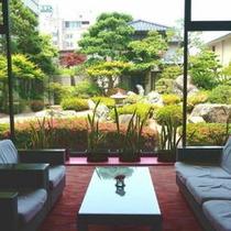 【ロビーからの日本庭園】