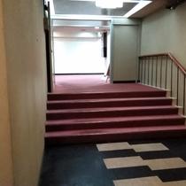 御影の湯へ続くラウンジ前の階段