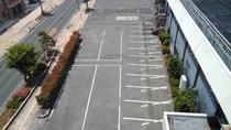 【駐車場】建物正面・県道側