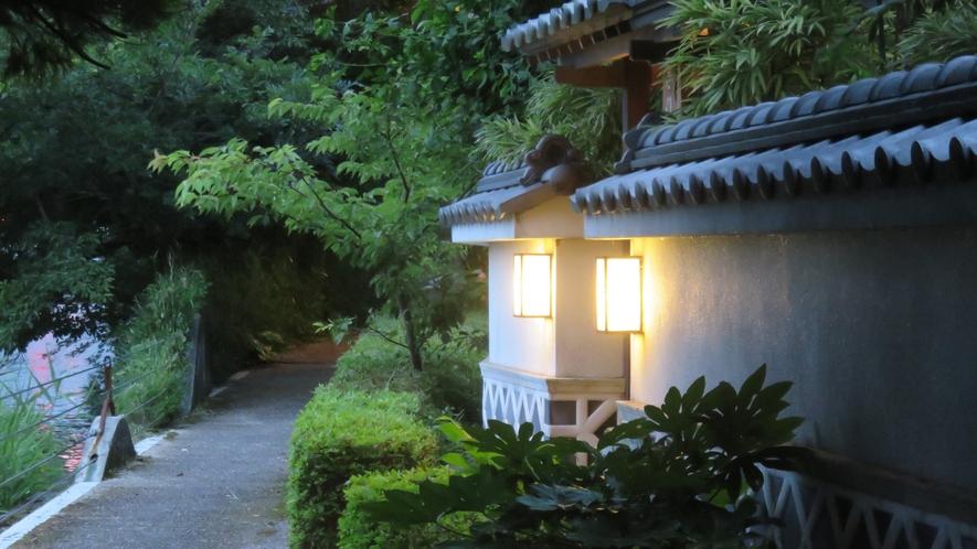 遊歩道口 茜門(御宿しんしま)夜