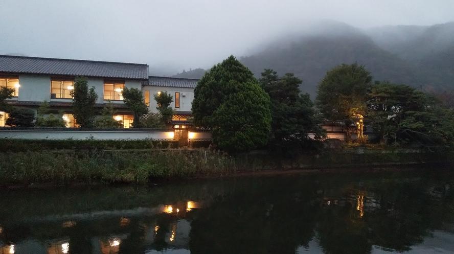 御宿しんしま 那賀川沿い 霧夕暮れ
