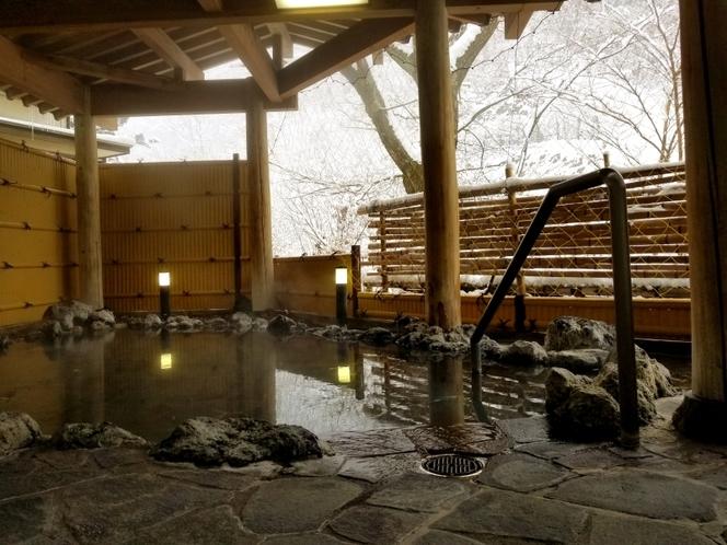 雪景色の【露天岩風呂】