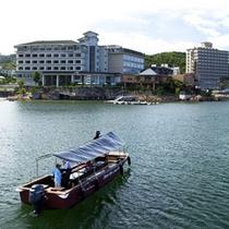 専用のグラスボートに乗ってグループホテルへの露天風呂巡りが可能です