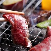 自身で焼く楽しみも、焼く際の美味しい匂いも、醍醐味のひとつです≪島宝炭火焼コースイメージ≫