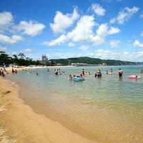【大浜海水浴場】 車で約5分。2015年の水質調査では「AA」(特に良好)を獲得した人気の海水浴場。
