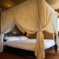 ≪コーナーリゾート≫天蓋ダブルベッドが備え付けられているのが一番の魅力。