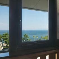 ≪コーナーリゾート≫二方向に配した窓からは紀淡海峡とマリーナ内の街並みを楽しめる