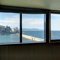 ≪ファミリーグランデ≫二方向に配した窓からは紀淡海峡を望む景色を楽しめる