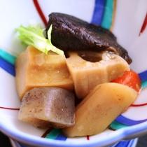煮物-地元木曽の新鮮食材をふんだんに使った料理です。