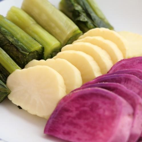 漬物-地元木曽の新鮮食材をふんだんに使った料理です。
