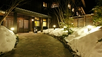 【正面玄関】冬は雪が多く降り積もります。