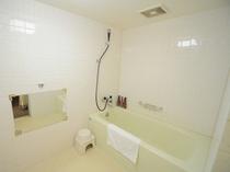 【バスルーム】ラージツインは広いバスルームです。