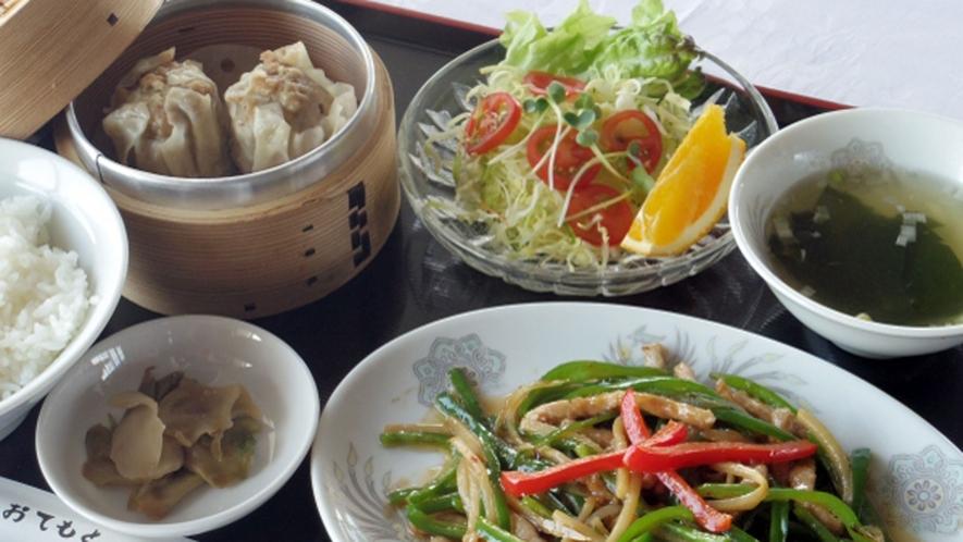 【夕食1200円コース メニューの一例】チンジャオロース定食