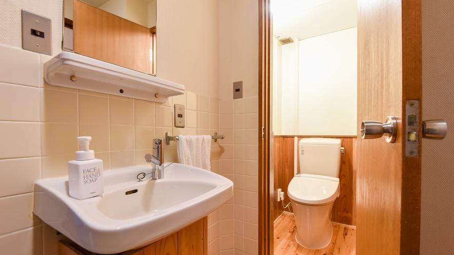 *【客室一例:和室10畳】洗面所とトイレを備え付けております。
