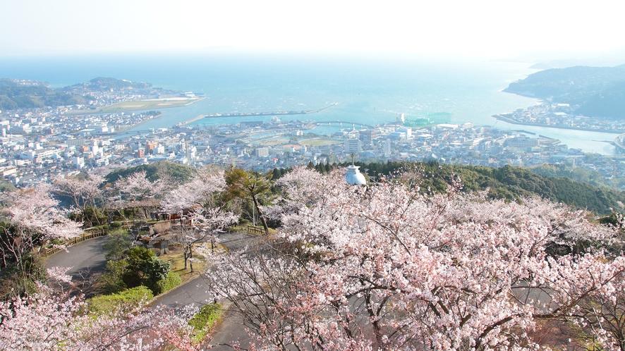 *【周辺観光:十万山展望台 】当館から車で約15分。春には展望台から満開の桜を一望することができます