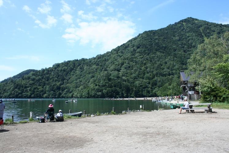 マス釣りでにぎわう湯の湖