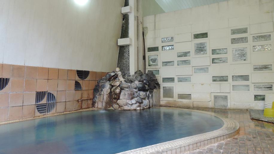 *【温泉】温泉に浸かりながらお肌をなでると、ツルツルします。