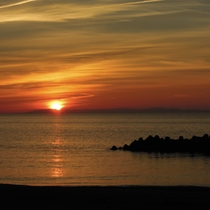 *景観/夕日が少しずつ壮大な地平線に消えてゆく光景は圧巻です。