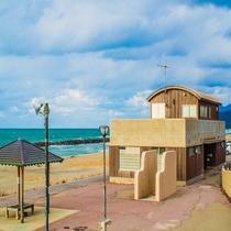 **【瀬波温泉海水浴場】瀬波温泉街のすぐ裏手に広がる1kmのロングビーチです。