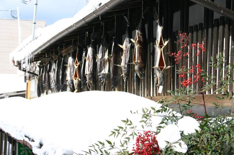 *越後村の塩引街道/塩引き鮭・地元に古くから伝わる伝統的な製法で、1尾ずつ手作業で仕込みます。