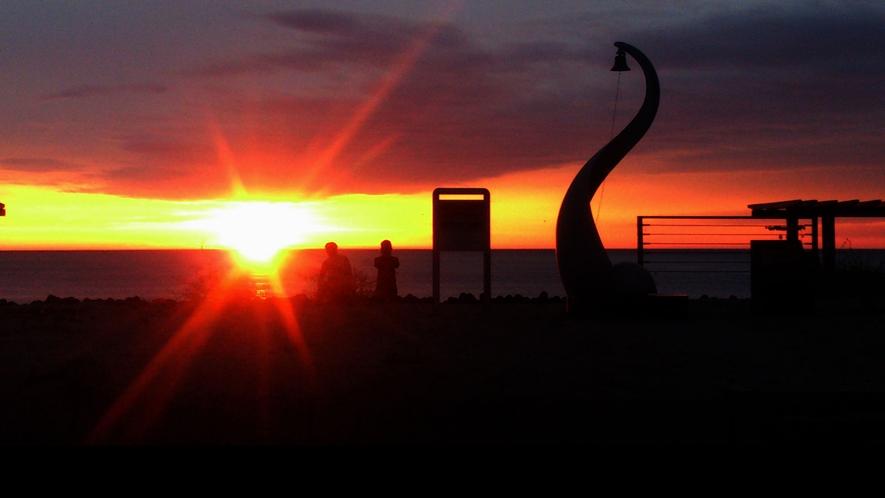 *恋人の聖地モニュメント/日本の夕陽100選に数えられる瀬波海岸がすぐそこにございます。
