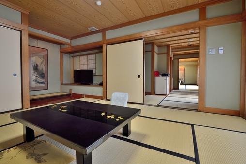 【池の棟】山側・二間大部屋客室(例:和室8畳+15畳)