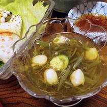 *夕食一例/季節ごとの旬の食材もお出ししております。(献立例:じゅんさい)
