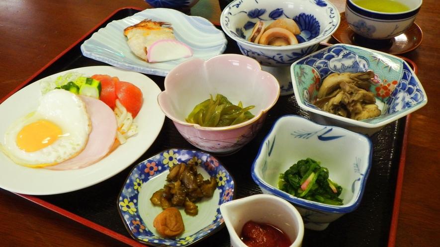 *朝食一例/ごはんに合うおかずがたっぷり付いた和食メニューをご用意します。