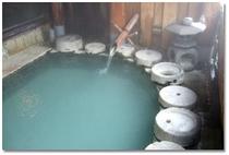 【露天石うすの湯】100%源泉掛け流しの温泉です。 天然温泉は成分が毛穴から入るため湯冷めはしません