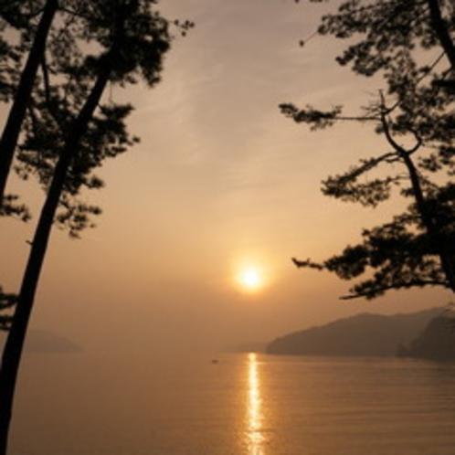 宝来館目の前三陸(大槌湾)根浜海岸の日の出