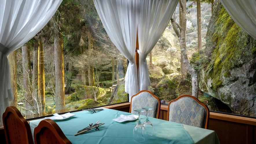 【レストラン】朝食・夕食は自然に囲まれたレストランでお召し上がりください。