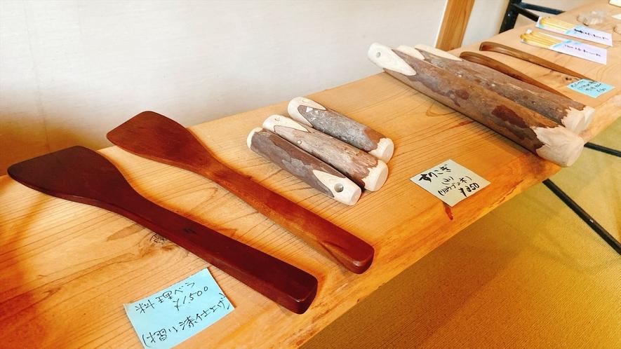 【ロビー】温かみのある木のキッチングッズなど販売有り
