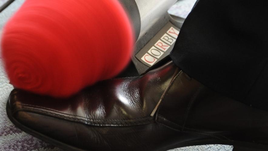 コルビー社の電気靴磨き機。一瞬でスピーディに!