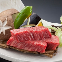 【料理/逸品】ジューシーな豊後牛をアツアツの溶岩石の上で焼いて食べると、お口の中でとろけます♪