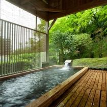 【温泉/檜露天風呂】檜の香りと緑に包まれて癒しのひと時を…。