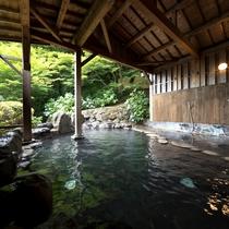 【温泉/岩露天風呂】いつも新鮮な源泉かけ流しの温泉は豊富な湯量の別府ならでは。